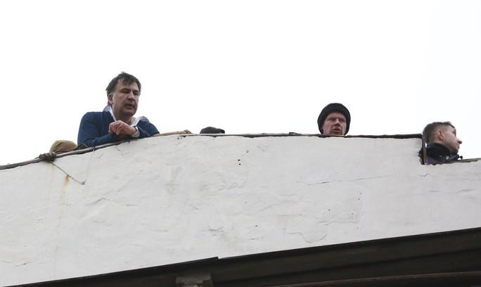 Tình báo Ukraine trèo lên mái nhà bắt cựu tổng thống Georgia - Ảnh 1.