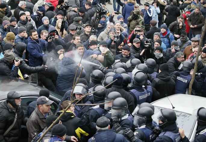Tình báo Ukraine trèo lên mái nhà bắt cựu tổng thống Georgia - Ảnh 5.