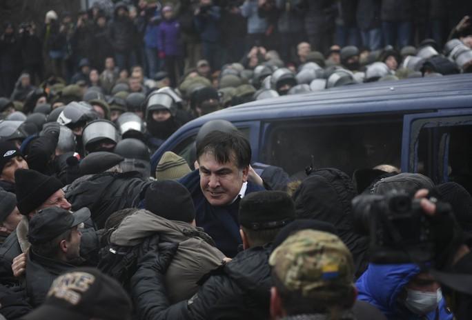 Ông Saakashvili chật vật thoát ra khỏi xe cảnh sát