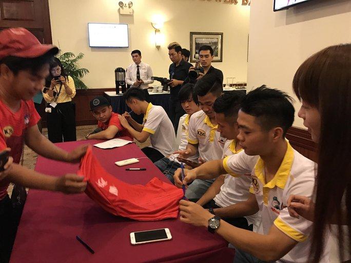 Các cầu thủ HAGL ký tặng người hâm mộ trước lễ ra mắt nhà tài trợ