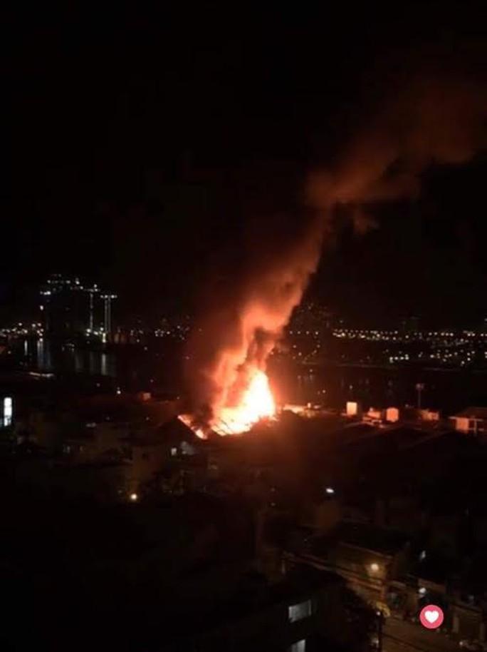 Cháy lớn trên giao lộ Hoàng Diệu- Nguyễn Tất Thành, quận 4 - Ảnh 4.