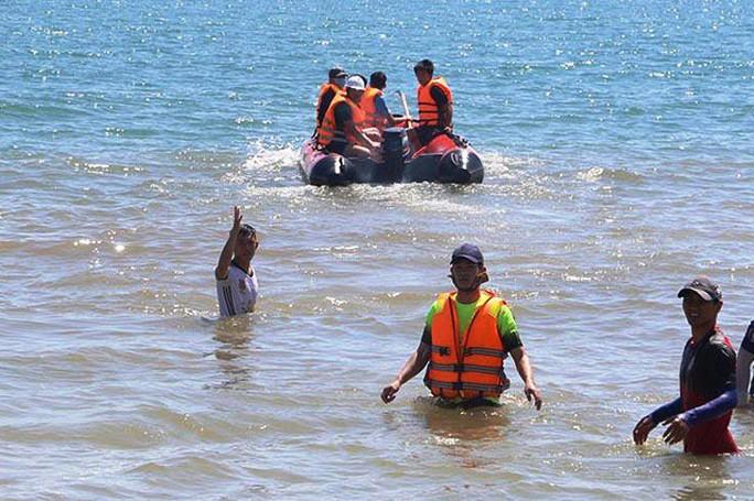 Rủ nhau ra biển chơi, 2 anh em bị sóng cuốn trôi - Ảnh 1.