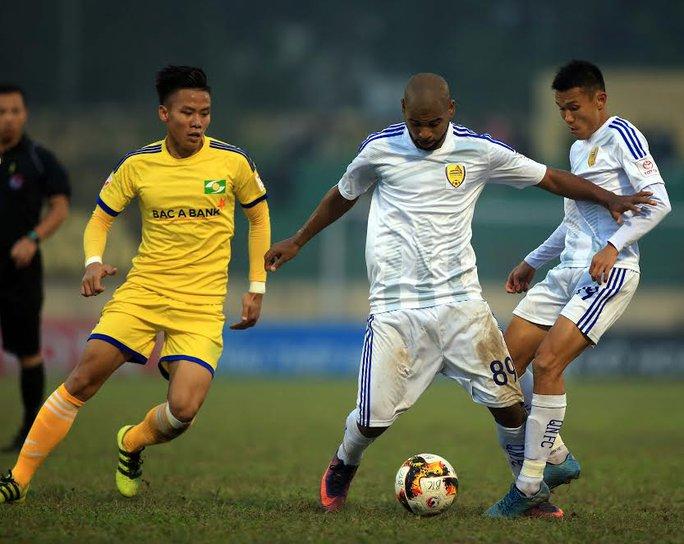 Quế Ngọc Hải (trái) trong trận đấu với Quảng Nam ở vòng 5 V-League Ảnh: Hải Anh