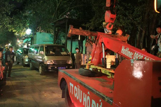 Lực lượng chức năng cẩu xe đậu trên vỉa hè đường Nam Kỳ Khởi NghĩaẢnh: Sỹ Đông