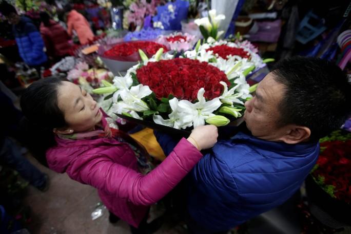 Không khí Valentine tràn ngập trong chợ hoa ở Bắc Kinh hôm 13-2 Ảnh: REUTERS