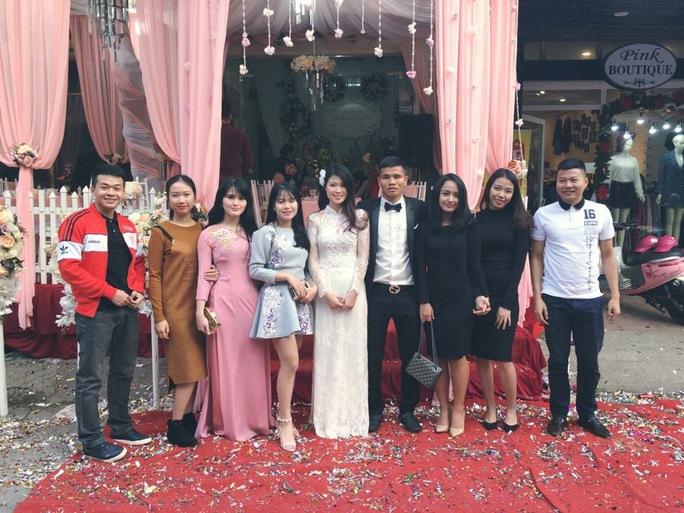 Lê Văn Thắng và vợ được bạn bè đến chúc mừng