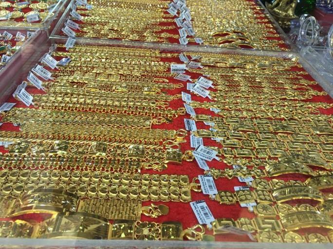 Giá vàng lại biến động mạnh, giảm sâu dưới ngưỡng 42 triệu đồng/lượng - Ảnh 1.