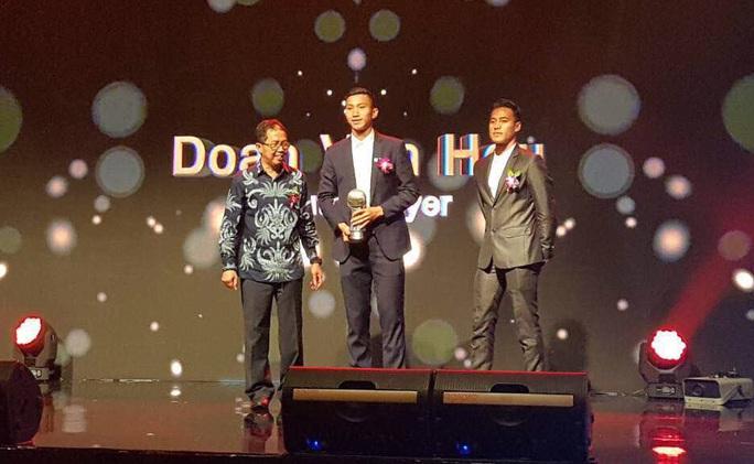 HLV Đức Chung, Văn Hậu và VFF nhận thưởng từ AFF - Ảnh 1.