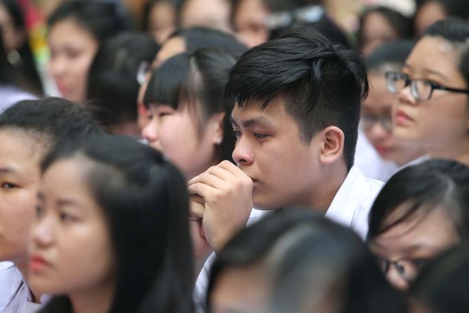 Học trò Gia Định bật khóc trong lễ trưởng thành - Ảnh 7.