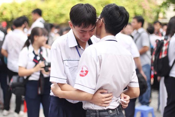 Học trò Gia Định bật khóc trong lễ trưởng thành - Ảnh 9.