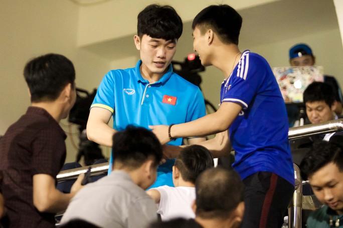 Fan vây kín Xuân Trường trên khán đài sau trận thắng 4-0 - Ảnh 3.