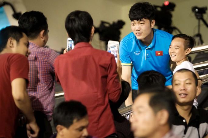 Fan vây kín Xuân Trường trên khán đài sau trận thắng 4-0 - Ảnh 2.