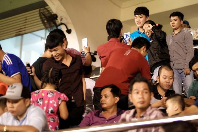 Fan vây kín Xuân Trường trên khán đài sau trận thắng 4-0 - Ảnh 4.