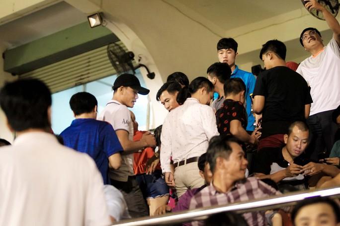 Fan vây kín Xuân Trường trên khán đài sau trận thắng 4-0 - Ảnh 1.