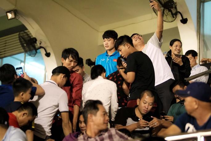 Fan vây kín Xuân Trường trên khán đài sau trận thắng 4-0 - Ảnh 6.