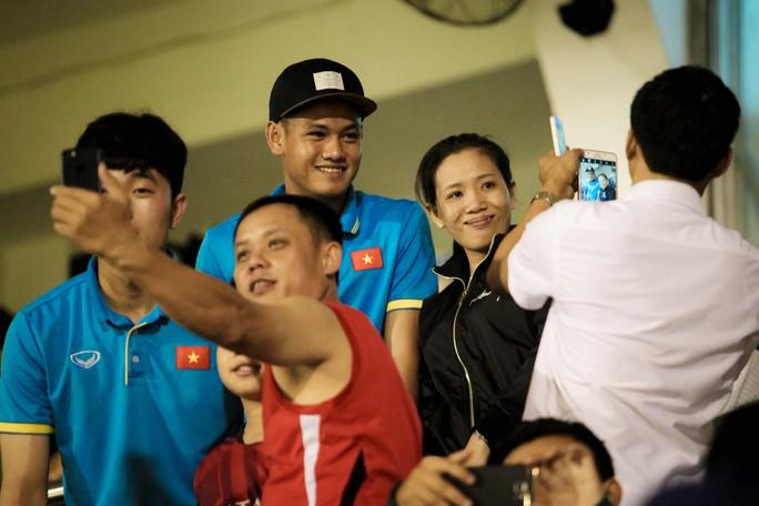 Fan vây kín Xuân Trường trên khán đài sau trận thắng 4-0 - Ảnh 5.