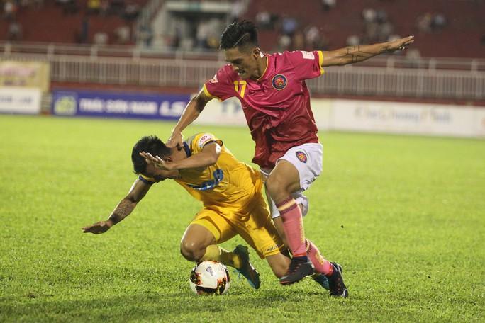 Thua Sài Gòn FC, CĐV Thanh Hoá ném pháo sáng xuống sân - Ảnh 2.