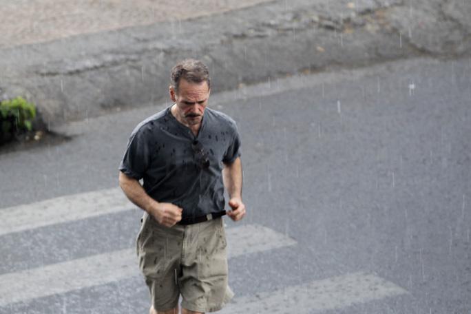 Du khách nước ngoài hối hả tìm chỗ trú mưa