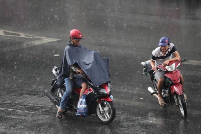 Cơn mưa lớn bất ngờ khiến nhiều người ướt sũng vì không chuẩn bị sẵn áo mưa