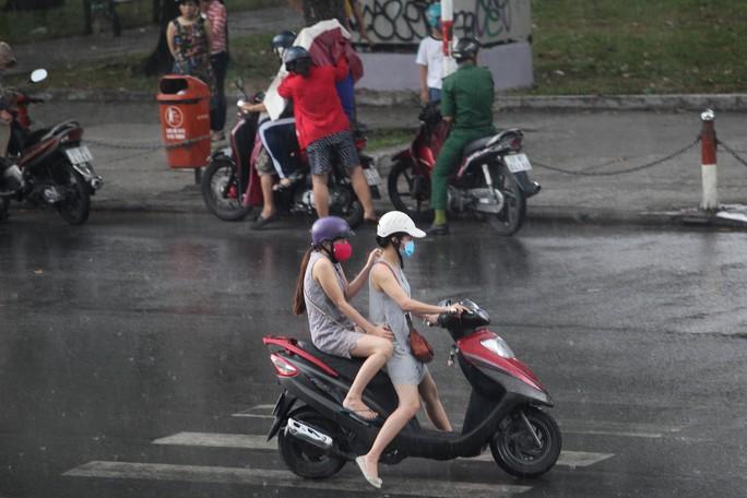 Nhiều người chấp nhận ướt vì không đem theo áo mưa...