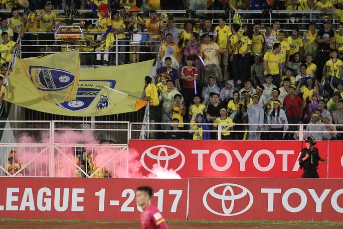 Thua Sài Gòn FC, CĐV Thanh Hoá ném pháo sáng xuống sân - Ảnh 4.