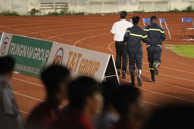 Thua Sài Gòn FC, CĐV Thanh Hoá ném pháo sáng xuống sân - Ảnh 5.