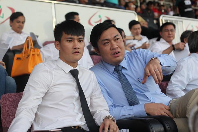 Trước đó, Công Vinh ngồi trên khán đài cùng tổng giám đốc VPF Cao Văn Chóng để theo dõi trận đấu