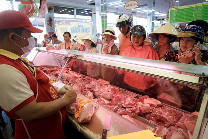 Chen nhau mua thịt heo cực rẻ 25.500 đồng/kg - Ảnh 10.