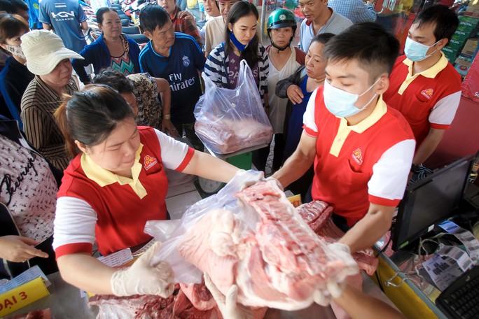 Chen nhau mua thịt heo cực rẻ 25.500 đồng/kg - Ảnh 7.