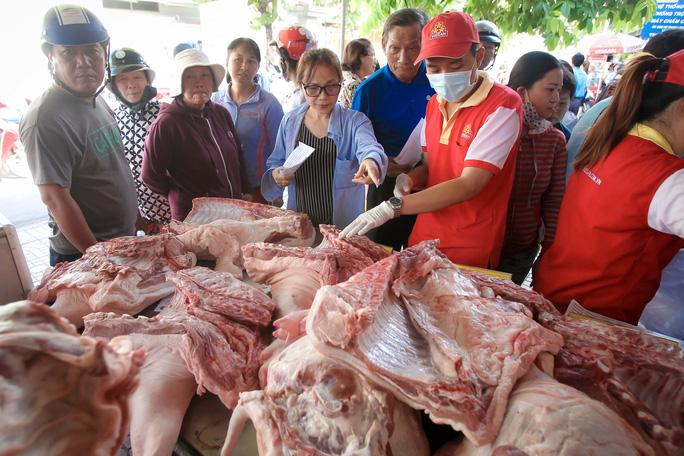 Chen nhau mua thịt heo cực rẻ 25.500 đồng/kg - Ảnh 8.
