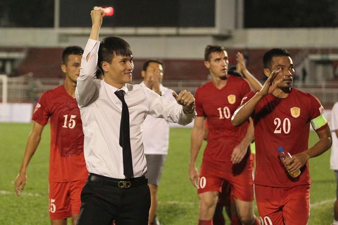 Sau trận đấu, Công Vinh cùng các cầu thủ đi cám ơn người hâm mộ bóng đá TP HCM
