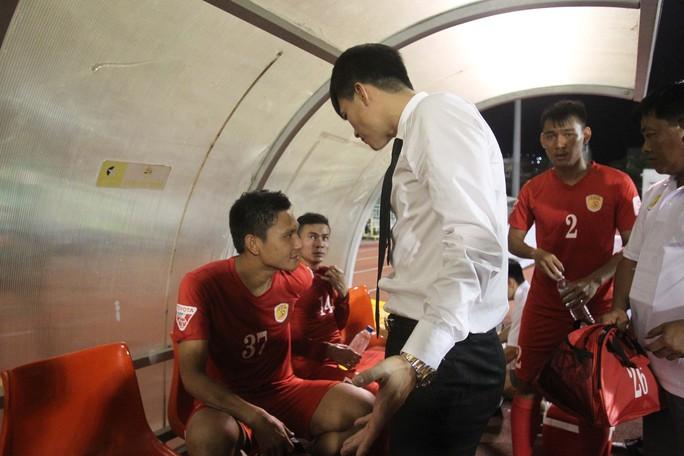 Quyền chủ tịch Lê Công Vinh lao xuống sân quát mắng cầu thủ Hồng Việt vì hành động thiếu chuyên nghiệp