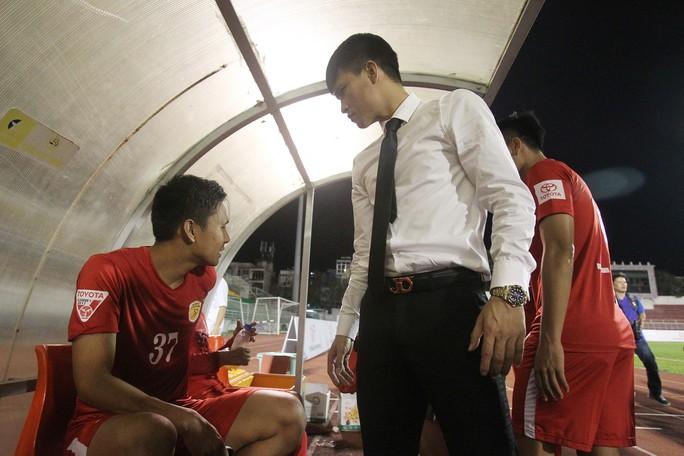 Công Vinh xuống cabin để chất vấn hành động phản cảm của tiền vệ Hồng Việt