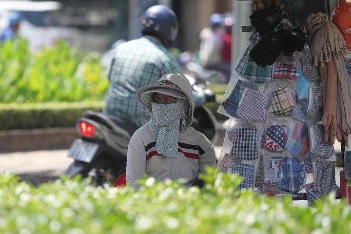 Bà Thanh (45 tuổi), bán khẩu trang, bao tay tại ngã tư đường Nguyễn Thị Minh Khai -Cách Mạng Tháng 8, cho biết: Hôm nay, TP HCM nóng quá, dù đã tìm được một chỗ có bóng mát để ngồi nhưng tui vẫn thấy nóng và uể oải