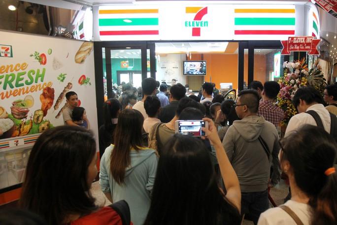 Cửa hàng 7-Eleven đầu tiên quá tải ngày khai trương - Ảnh 3.