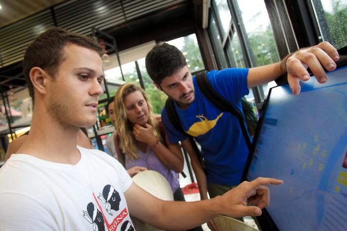 Du khách đến TP HCM thích thú vì được hỗ trợ thông tin du lịch - Ảnh 8.