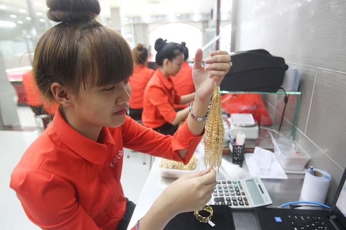 Khách hàng đến đây có thể tìm hiểu về quy trình sản xuất, gia công, chế tác nữ trang, khuôn sáp.