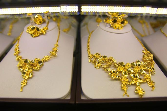 Nhiều mẫu trang sức đẹp mắt thu hút khách hàng.