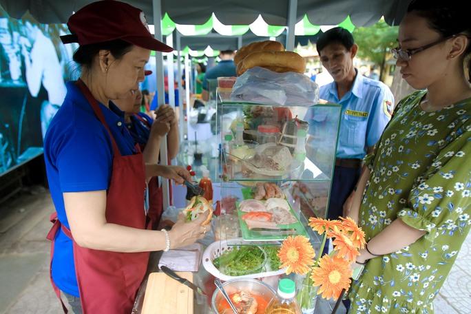 Ngắm phố hàng rong ở đường Nguyễn Văn Chiêm, quận 1 - Ảnh 3.