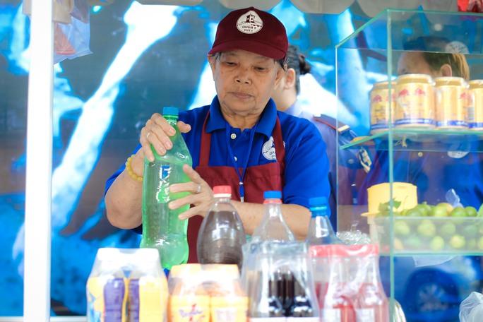 Ngắm phố hàng rong ở đường Nguyễn Văn Chiêm, quận 1 - Ảnh 6.
