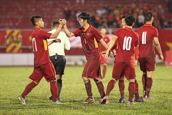 Fan vây kín Xuân Trường trên khán đài sau trận thắng 4-0 - Ảnh 7.
