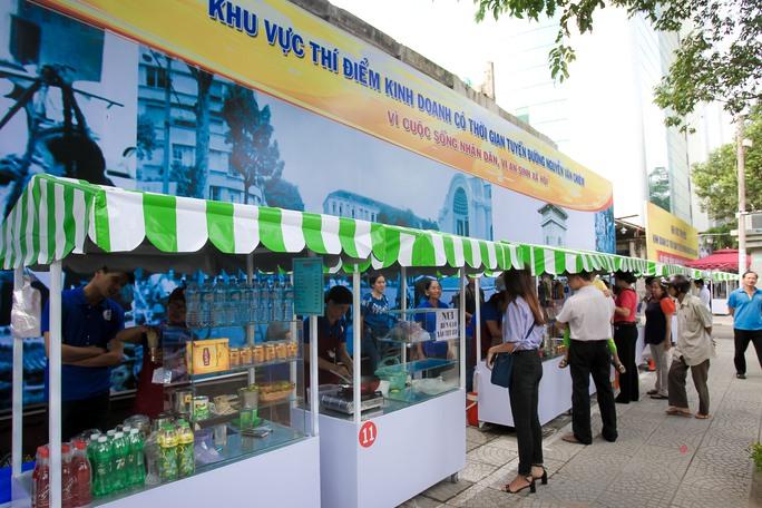 Ngắm phố hàng rong ở đường Nguyễn Văn Chiêm, quận 1 - Ảnh 1.