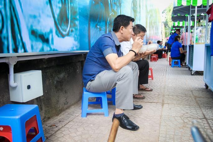Ngắm phố hàng rong ở đường Nguyễn Văn Chiêm, quận 1 - Ảnh 11.