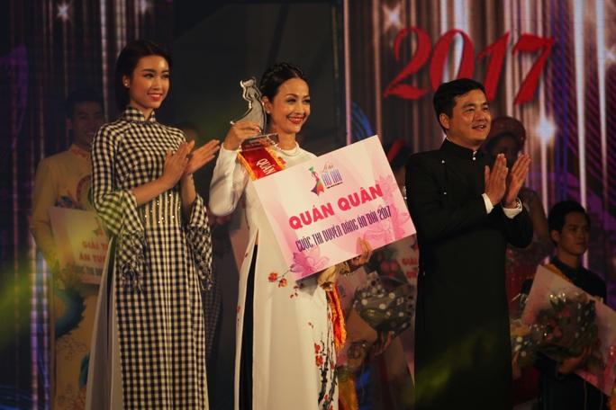 Trao giải quán quân bảng A2 của Duyên dáng áo dài 2017 cho Trần Thị Lan Hương