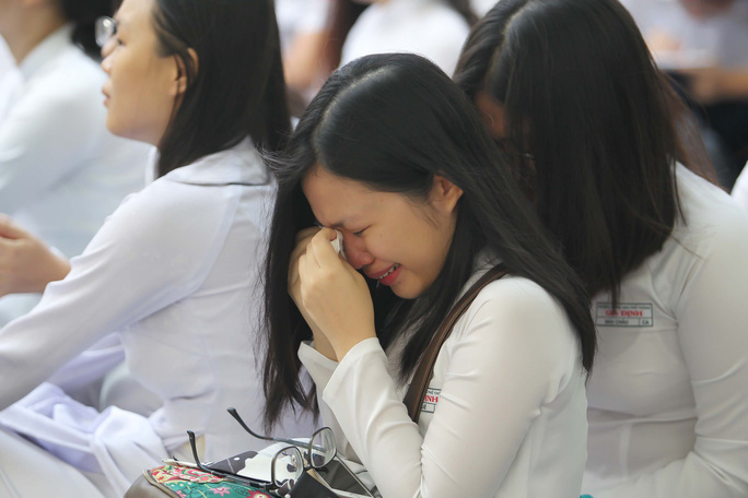 Học trò Gia Định bật khóc trong lễ trưởng thành - Ảnh 5.