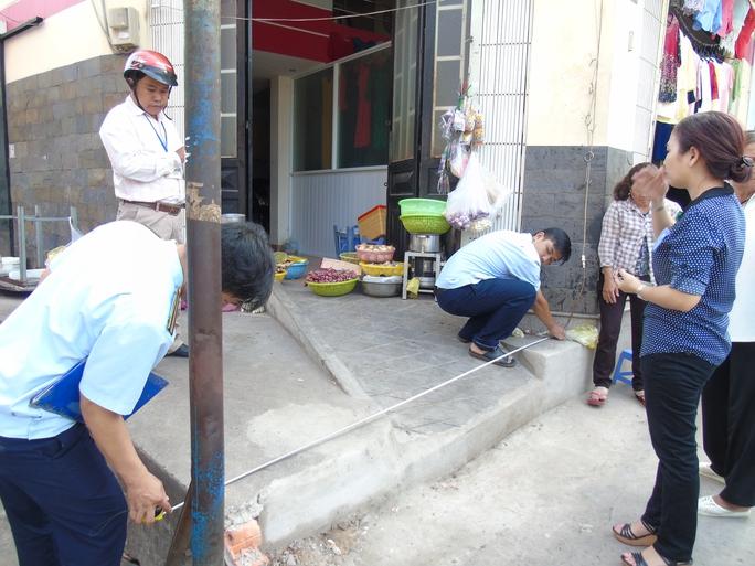 Cơ quan chức năng quận Bình Thạnh xử lý một trường hợp lấn chiếm vỉa hè