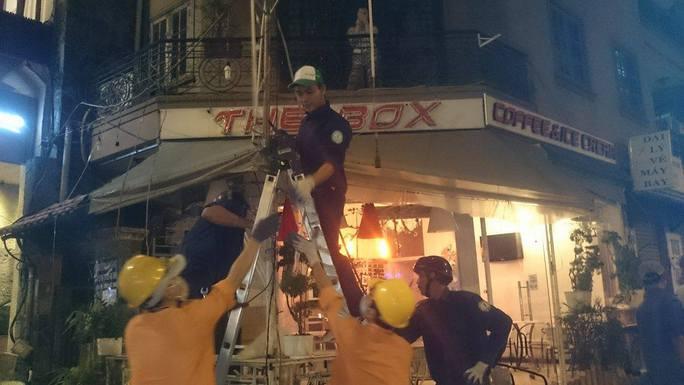 Tháo gỡ dù bạt, mái che của quán cà phê The Box tại góc đường Thủ Khoa Huân - Nguyễn Du