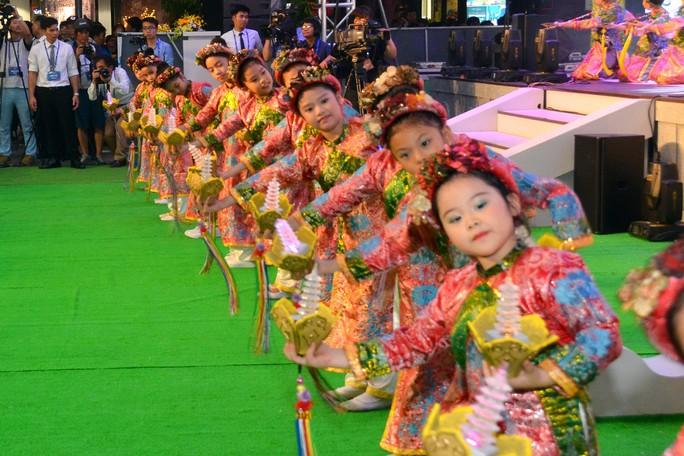 Ngắm nghệ sĩ Việt - Hàn - Nga - Campuchia lộng lẫy trên sân khấu - Ảnh 7.
