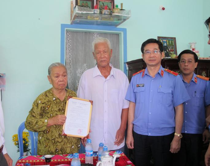 Ông Dương Ngọc Hải, Viện trưởng VKSND TP HCM, trao quyết định tặng nhà cho vợ chồng bà Ngọc