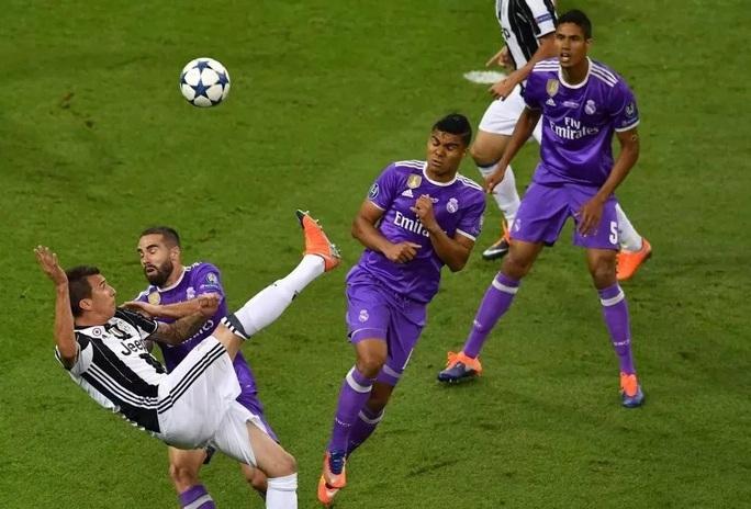 UEFA công bố 10 bàn thắng đẹp nhất Champions League - Ảnh 11.
